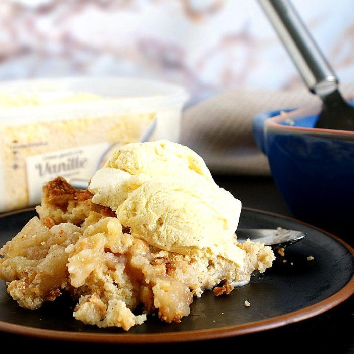 apple cruble with ice cream