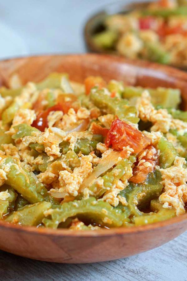 stir fry vegetables with eggs and tomatoes in a plate on top of table