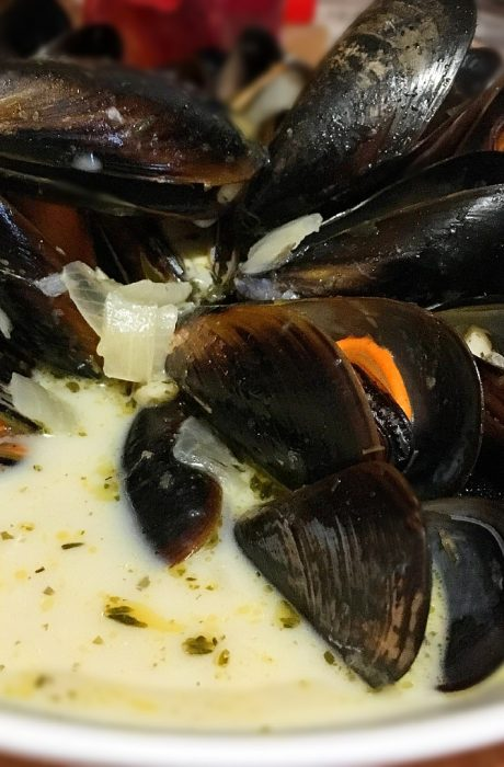 creamy moules marinière in a bowl