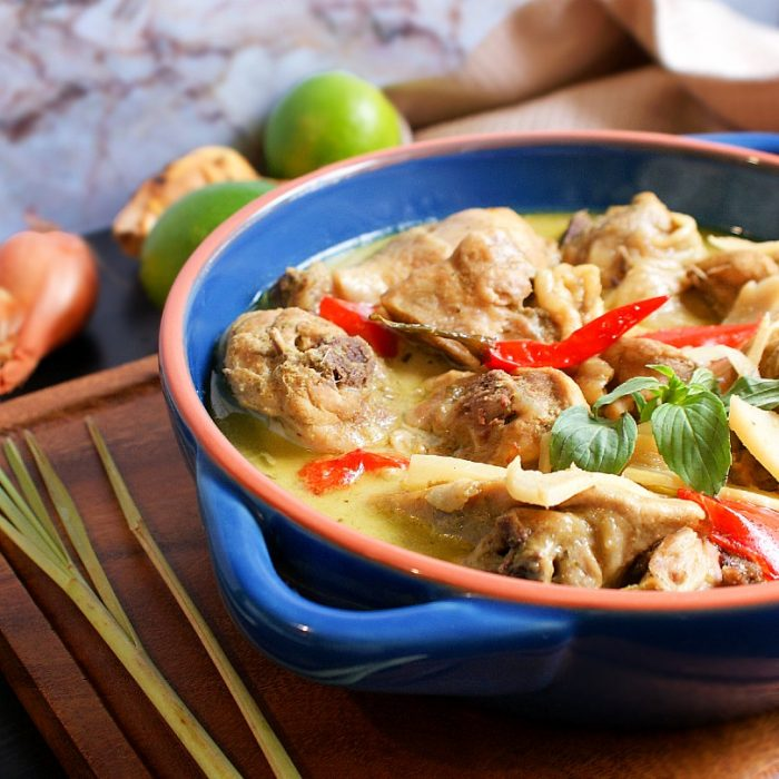 thai green chicken curry and ingredients